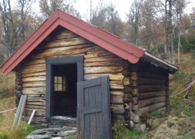 Restaurering av gammel laftet uthus - 1