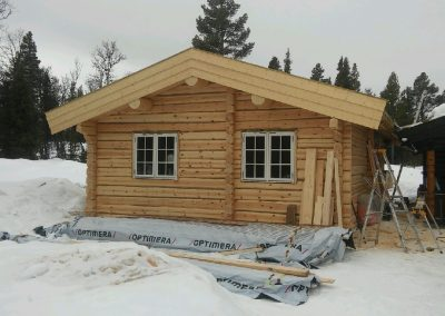 håndlafta tilbygg på hytte -1