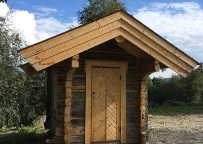 pumpehus i gammelt tømmer -1