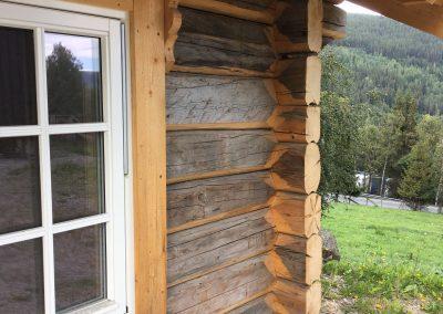 pumpehus i gammelt tømmer -3