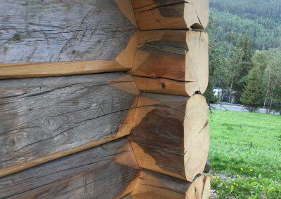 pumpehus i gammelt tømmer -4
