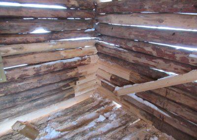 Restaurering av gammelt stolpehus -6
